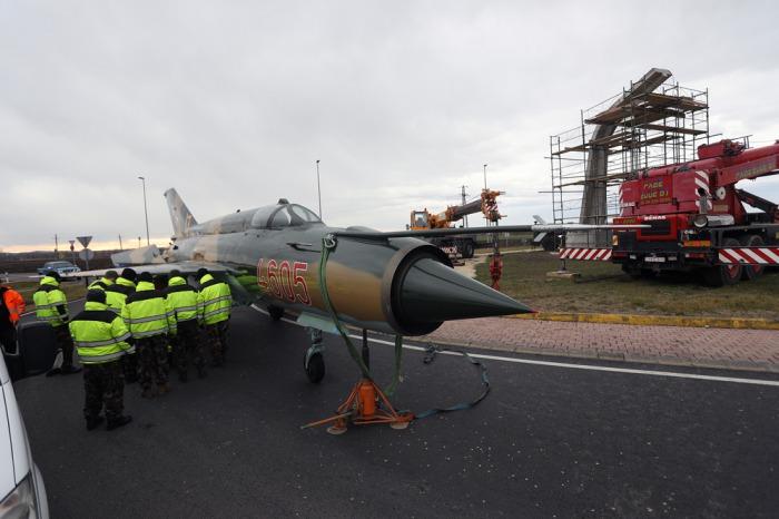 0cefc81d80 Már látható a MiG-21-es emlékmű Pápán - Háború Művészete